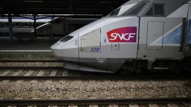Ferroviários franceses elevam pressão quando Governo mostra abertura