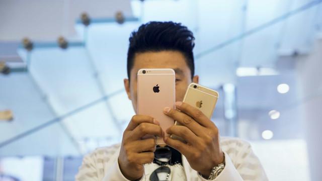 Apple processada por limitar desempenho dos iPhone