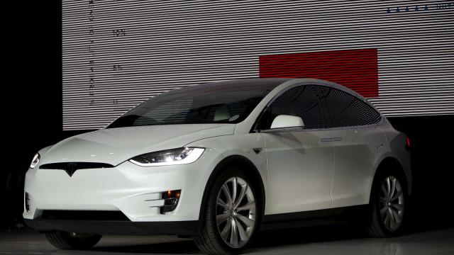 Tesla ordena recolha de 11 mil carros Model X