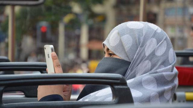 Muçulmana obrigada pela polícia a tirar o véu islâmico