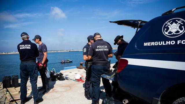Buscas para encontrar mulher desaparecida em naufrágio retomadas amanhã