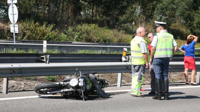 Motociclista morre em acidente com dois automóveis