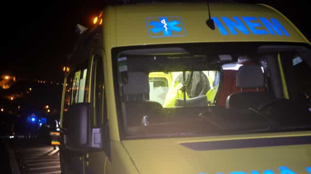 Técnico do INEM em estado grave após despiste em serviço contra carro
