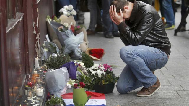 Paris dividida entre dever de memória e necessidade de esquecer atentados