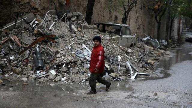 Síria: Milhares fogem dos bombardeamentos do regime no sul