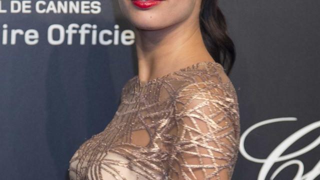 Sara Sampaio brilha na capa da Vogue indiana