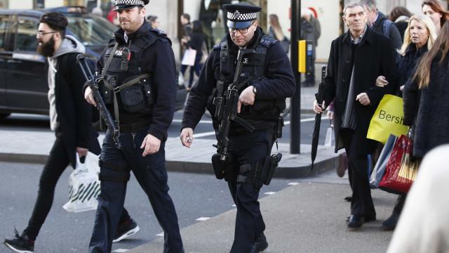 Três detidos por suspeita de terrorismo no Reino Unido