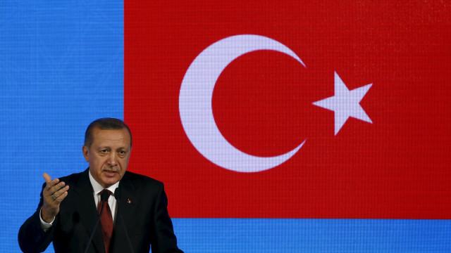 Presidente turco critica Banco central por aumento das taxas de juro