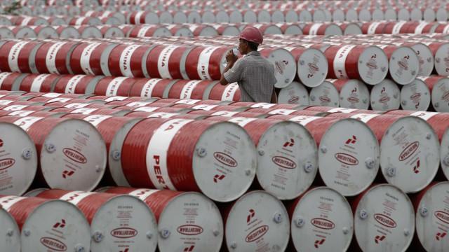 Petróleo cai a pique com notícias vindas da OPEP e dos EUA