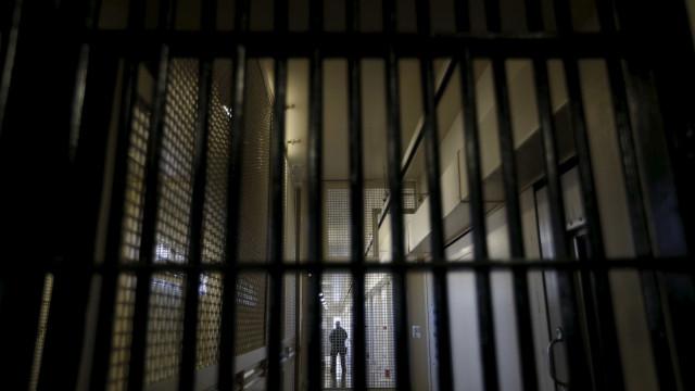 Reclusos incendeiam caixotes do lixo na prisão de Santa Cruz do Bispo