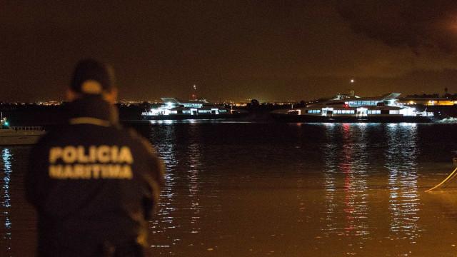 Barco naufraga após colisão com outra embarcação. Há dois feridos
