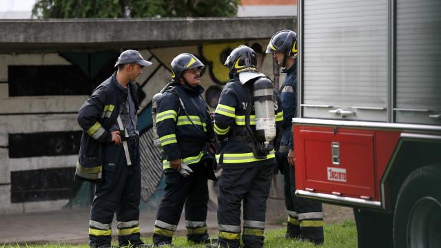 Incêndio em stand de automóveis destrói vários carros