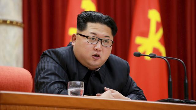 Líder da Coreia do Norte inspeciona novo submarino em impasse com EUA