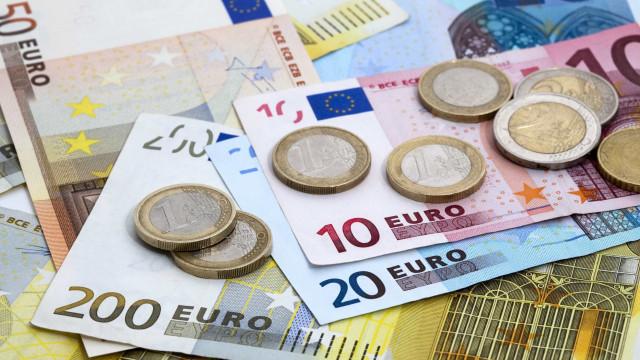 Euro cai pelo quarto dia consecutivo