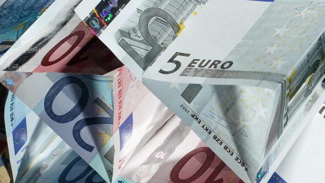 Euro sobe ligeiramente face ao dólar num dia de pouca atividade
