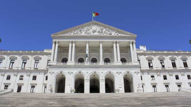Parlamento aprova voto de pesar por George Bush, PCP, BE e PEV contra