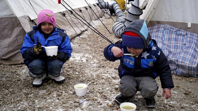 Pedidos de asilo de menores não acompanhados estão a diminuir na UE