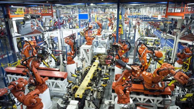 Produção industrial na Europa com recuo mensal mas crescimento homólogo