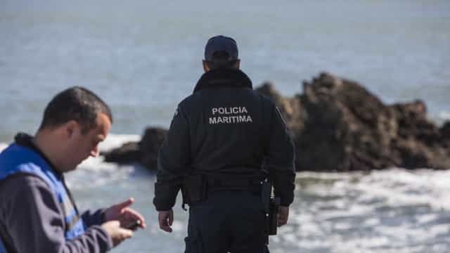 Surfista inconsciente encontrado na Costa da Caparica. Morreu no hospital