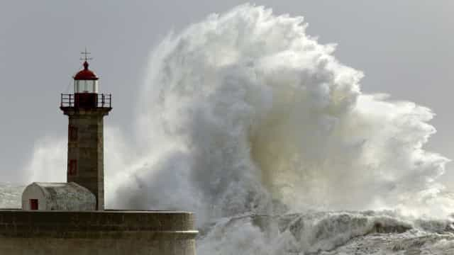 Sete distritos com aviso amarelo devido a agitação marítima