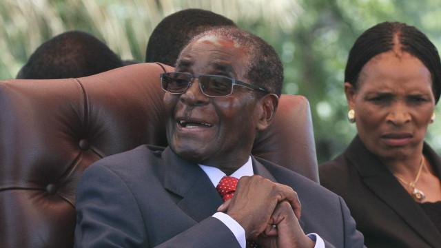 """Demissão de Mugabe é """"oportunidade de ouro"""" para direitos humanos"""