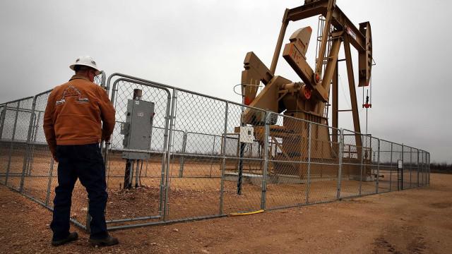 Petróleo volta a recuperar depois de quebrar série de ganhos