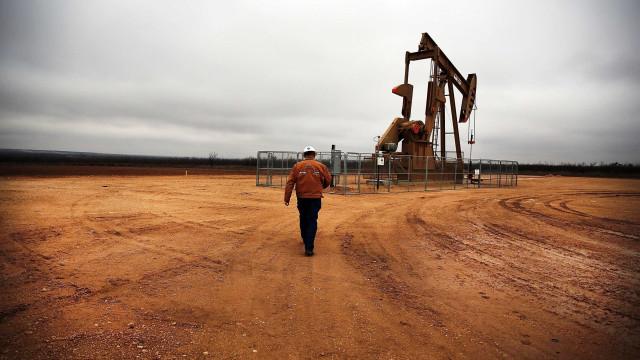 Petróleo 'acorda' menos valioso