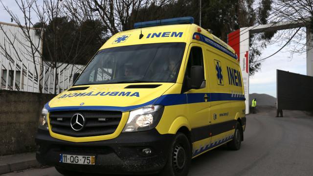 Acidente frontal em Sintra deixa três pessoas encarceradas