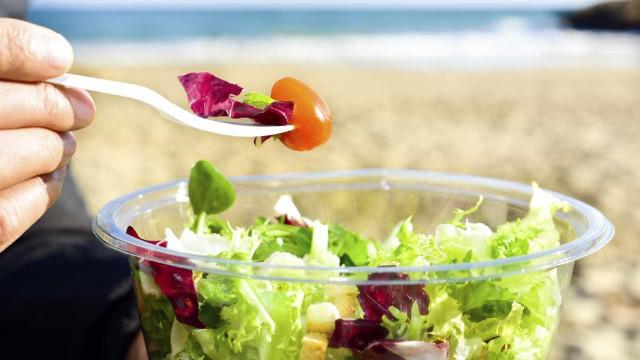 Criança de 12 anos liga para a polícia para se queixar de... salada