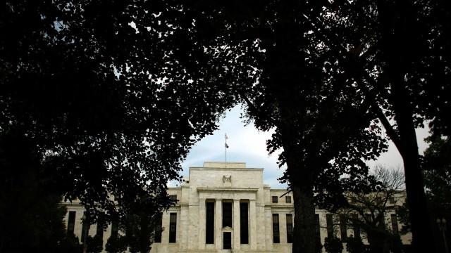 """Reserva Federal mantém taxas de juro e assinala crescimento """"forte"""""""
