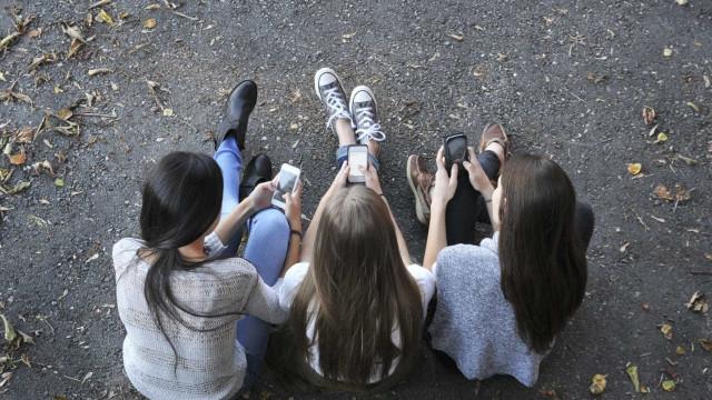 Telemóveis vão ser proibidos nas escolas francesas