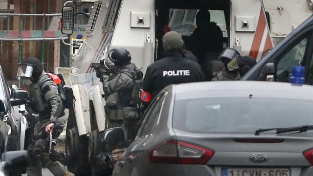 Duas explosões ouvidas em Molenbeek. As buscas continuam