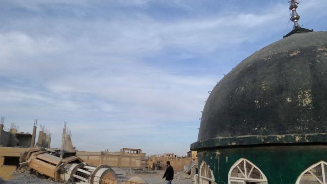 Síria: Combatentes sírios do Estado Islâmico deixam hoje Raqa