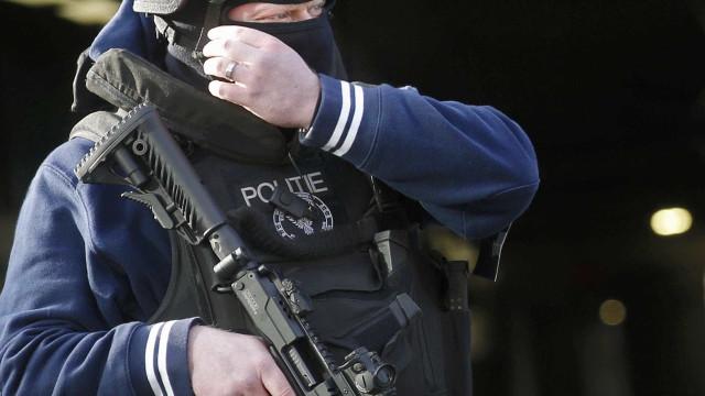 Polícia fecha parte de bairro em Bruxelas após relatos sobre homem armado