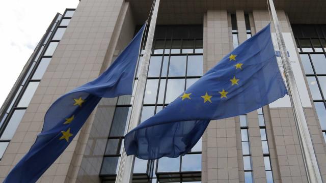 """Bruxelas vai """"seguir com atenção"""" medidas anunciadas por Macron"""