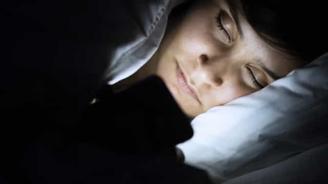 Dorme com o telemóvel à cabeceira? Conheça os riscos (e como os evitar)