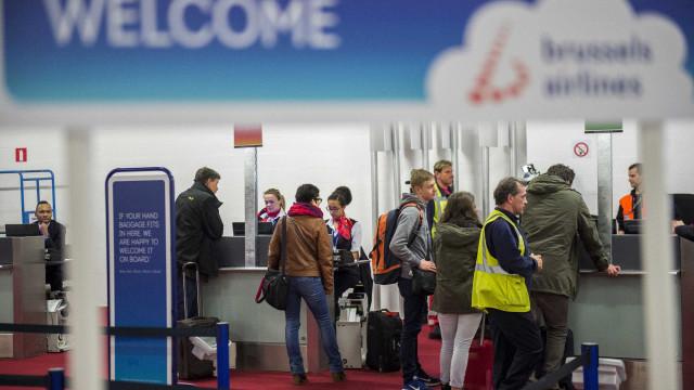"""Aeroporto de Bruxelas alarga atividade, mas metro continua a """"meio gás"""""""