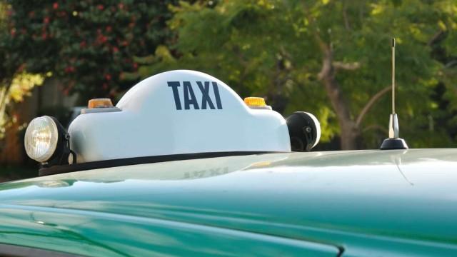 Roubou telemóvel e dinheiro a taxista. Agredia vítima quando foi detido