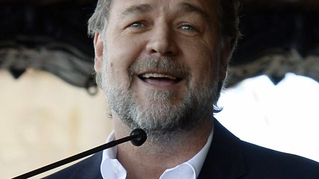 Russell Crowe namora com atriz 31 anos mais nova