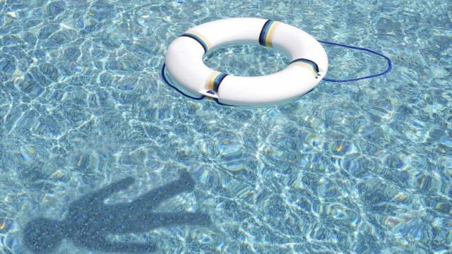 Criança em estado grave após ficar presa em filtro de piscina