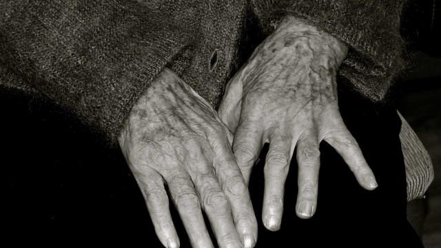 Idosa de 94 anos agredida em casa durante assalto no Porto