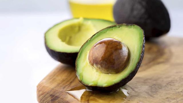 Como evitar que o abacate fique castanho depois cortado