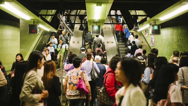 Estação de metro de Londres evacuada devido a bomba da II Grande Guerra
