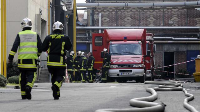 Mãe grávida e três filhos pequenos morrem em incêndio em Paris