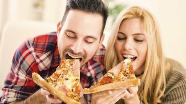 Comer 'junk food' aumenta risco de cancro, mesmo que não tenha peso extra