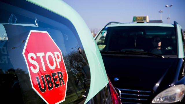 Após reunião, taxistas mantêm protesto e querem intervenção de Costa