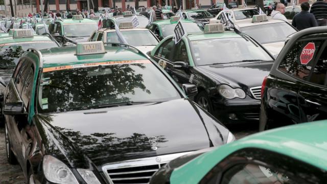 Mais de uma centena de taxistas concentrados na Praça dos Restauradores