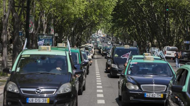 """Taxistas acusam ministro do Ambiente de lhes atirar """"areia para os olhos"""""""