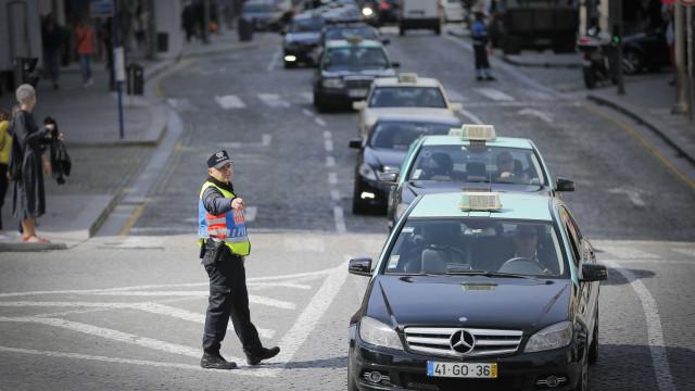 """Taxistas do Porto continuam paralisação """"apesar das contas para pagar"""""""