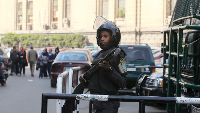 Pelo menos 55 polícias mortos no Egito em emboscada